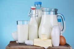 Surtido de los productos lácteos en la tabla de madera vieja Fotografía de archivo
