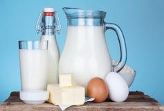 Surtido de los productos lácteos en la tabla de madera vieja Foto de archivo