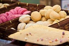 Surtido de Macarons en una caja wickered Imagen de archivo libre de regalías