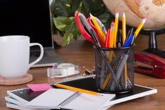 Surtido de materiales de oficina en una mesa Foto de archivo libre de regalías