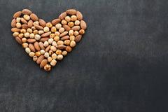 Surtido de nueces en una forma del corazón Imagen de archivo