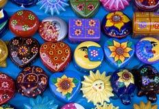 Surtido de objetos mexicanos coloridos de la arcilla Imagen de archivo