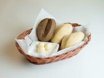 Surtido de pan cocido en cesta en el fondo blanco Imágenes de archivo libres de regalías