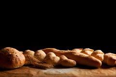 Surtido de pan cocido en la tabla Imagen de archivo libre de regalías