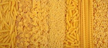 Surtido de pastas italianas crudas como fondo Imagen de archivo