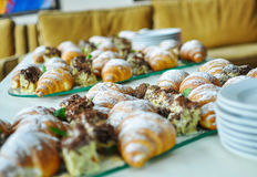 Surtido de pasteles frescos en la tabla en comida fría Cruasanes y tortas Fotografía de archivo