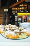 Surtido de pasteles frescos en la tabla en comida fría Cruasanes y tortas Fotos de archivo