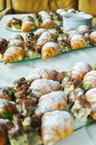 Surtido de pasteles frescos en la tabla en comida fría Cruasanes y tortas Fotografía de archivo libre de regalías