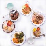 Surtido de platos: satay con la salsa de la mantequilla de cacahuete, el wonton frito, el pollo asado a la parrilla y el pato, ve Fotografía de archivo