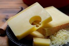 Surtido de quesos suizos emmental o de queso semiduro del emmental con los agujeros, el gruyere, el appenzeller redondo y el racl imagen de archivo libre de regalías