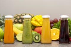 Surtido de smoothies de la fruta y verdura en las botellas de cristal Ingredientes orgánicos frescos del Smoothie Detox, dieta o  fotos de archivo