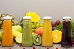 Surtido de smoothies de la fruta y verdura en las botellas de cristal Ingredientes orgánicos frescos del Smoothie Detox, dieta o  imagen de archivo