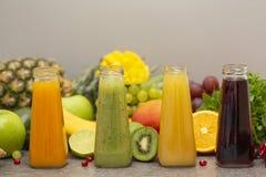 Surtido de smoothies de la fruta y verdura en las botellas de cristal Ingredientes orgánicos frescos del Smoothie Detox, dieta o  fotografía de archivo libre de regalías