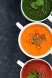 Surtido de sopa de verduras fresca en un fondo oscuro, primer imagen de archivo libre de regalías