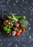 Surtido de verduras frescas - bróculi, calabacín, tomates, pimientas, habas verdes, remolachas, ajo en una cesta del metal Imagen de archivo libre de regalías