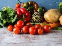 Surtido de verduras frescas en la tabla Imagenes de archivo