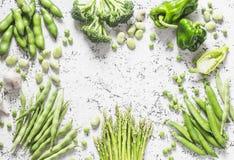 Surtido de verduras orgánicas frescas con el espacio en un fondo ligero, visión superior de la copia El espárrago, bróculi, habas Imagenes de archivo