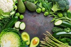 Surtido de verduras verdes orgánicas, concepto limpio del vegano de la consumición fotografía de archivo libre de regalías