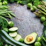 Surtido de verduras verdes orgánicas, concepto limpio del vegano de la consumición foto de archivo libre de regalías