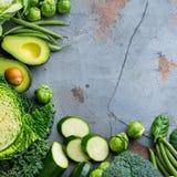 Surtido de verduras verdes orgánicas, concepto limpio del vegano de la consumición foto de archivo