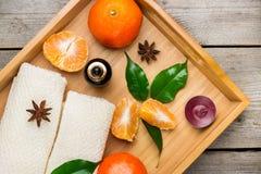 Surtido del balneario con aceite esencial de la mandarina orgánica Foto de archivo