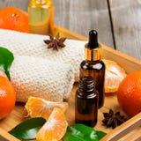 Surtido del balneario con aceite esencial de la mandarina orgánica Fotos de archivo
