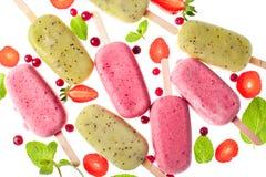 Surtido del helado de Popslices en el fondo blanco fotografía de archivo libre de regalías