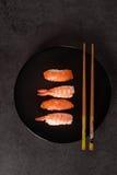 Surtido del sushi en plato negro Imagen de archivo libre de regalías