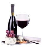 Surtido del vino rojo de uvas y de queso Foto de archivo libre de regalías