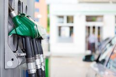 Surtidor de gasolina en una gasolinera. Fotos de archivo libres de regalías