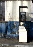 Surtidor de gasolina inglés viejo oxidado Imágenes de archivo libres de regalías