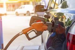 Surtidor de gasolina Gasolina de relleno para ennegrecer el coche en la gasolinera imagenes de archivo
