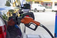 Surtidor de gasolina Gasolina de relleno para ennegrecer el coche fotografía de archivo libre de regalías