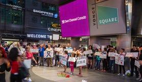 Surug受害者的烛光集会雍Dundas广场的举行记住自杀性投弹的32个受害者 免版税库存照片