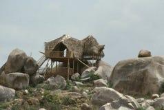 Surveillance couverte de chaume sur les roches photo libre de droits