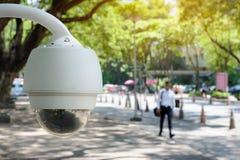 Surveillance de télévision en circuit fermé de caméra de sécurité sur le secteur public photo libre de droits