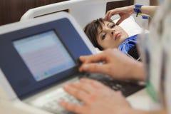 Surveillance femelle de battement de coeur d'impulsion d'hôpital Photo libre de droits