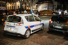 Surveillance française de voiture de police du marché de Noël Photographie stock