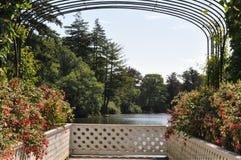 Surveillance hollandaise de jardin de palais sur le lac photographie stock libre de droits