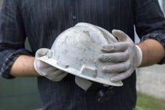 Surveillant de construction avec les gants et le casque antichoc Photo stock