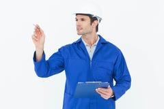 Surveillant inspectant tout en tenant le panneau d'agrafe Image stock