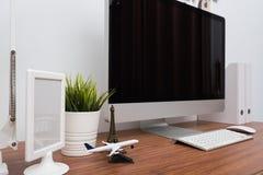 Surveillez l'espace de travail de PC d'ordinateur Photographie stock libre de droits