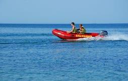 Surveyance de maître nageurs dans un bateau chez la Mer Noire photographie stock libre de droits