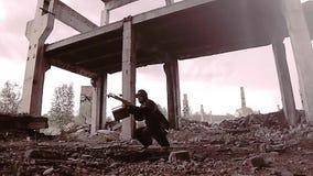 Survivalist do assediador com uma besta e espreitadelas encontradas das coisas com as ruínas que olham ao redor por exemplo presl filme