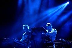 Survivez à la bande de musique électronique exécutent de concert au festival 2017 de bruit de Primavera photos stock