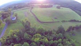Survol aérien de ferme de coucher du soleil banque de vidéos