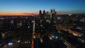 Survol aérien de panorama du bourdon 4k de stupéfaction en ciel orange de soirée de coucher du soleil paysage urbain de Philadelp banque de vidéos