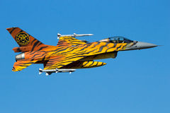 Survol d'avion de chasse de F-16 de tigre Photographie stock libre de droits