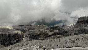 Survol de crête de montagne d'Alpes banque de vidéos
