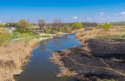 Sury rzeka z burnt brzeg rzeki przy wczesnym wiosna sezonem blisko Dnepr miasta Obraz Stock